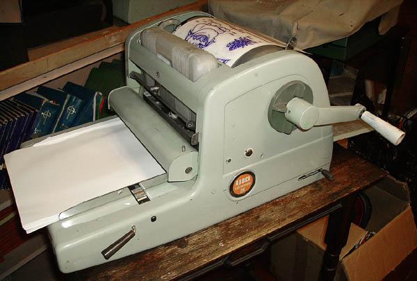 Cara mengoperasikan mesin stensil manual